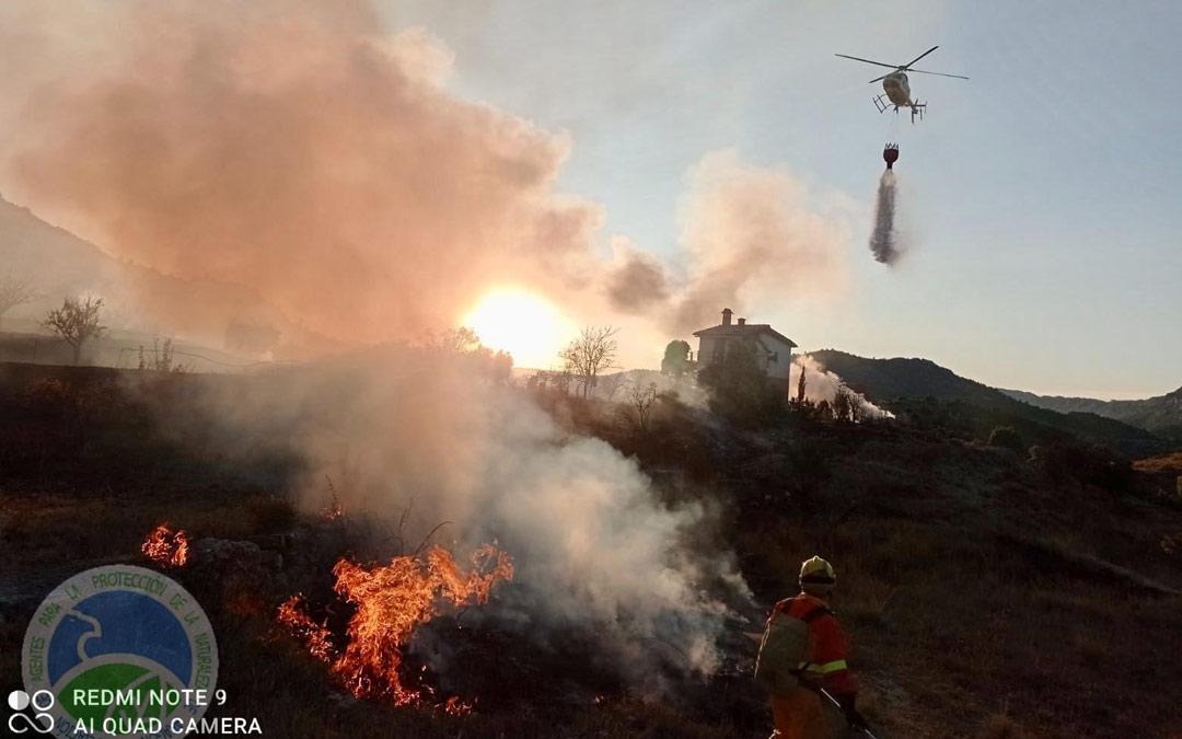 El helicóptero de la helitransportada de Alcorisa actuando para salvar la casa de las llamas./AAPNA