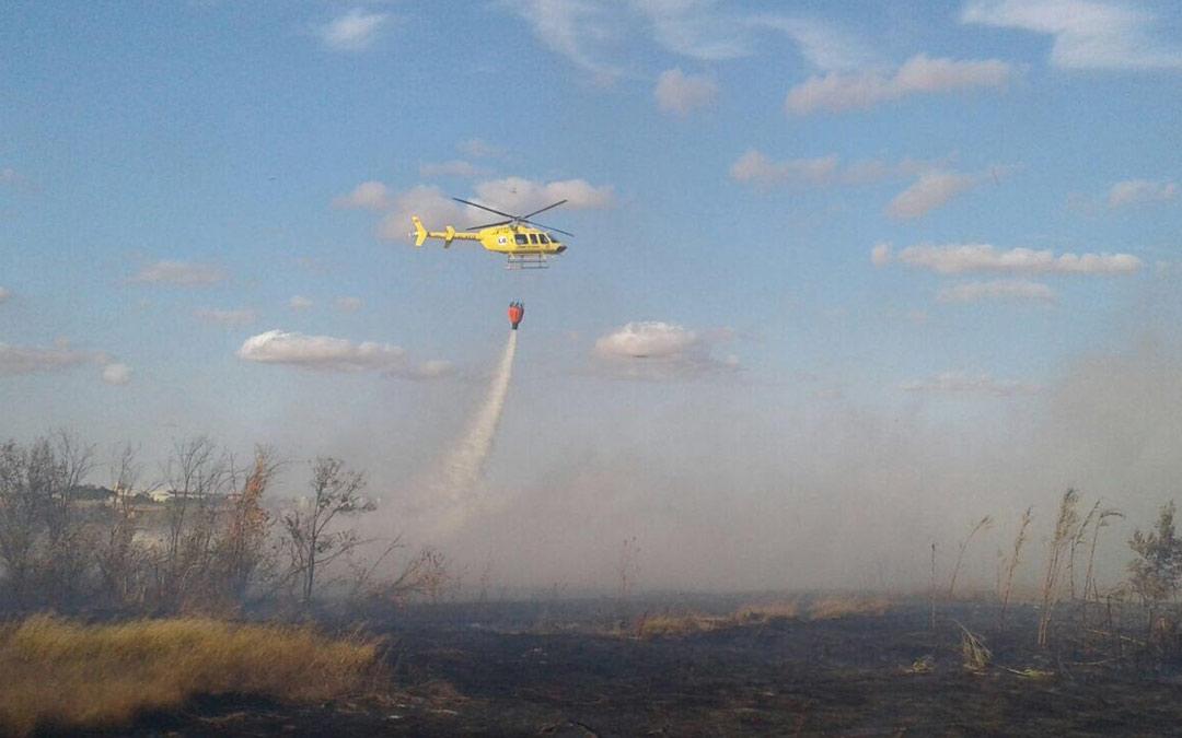 El helicóptero de la helitransportada de Alcorisa actuando en la extinción del incendio./AAPNA