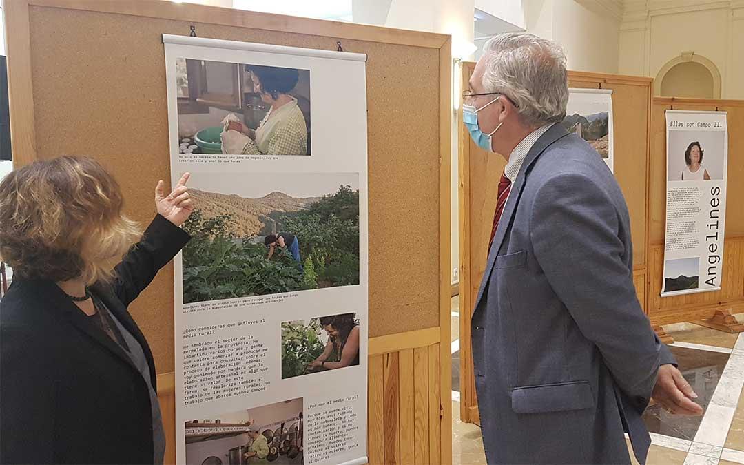 El consejero de Agricultura en la exposición con la que se conmemora el Día Internacional de la Mujer Rural./ DGA