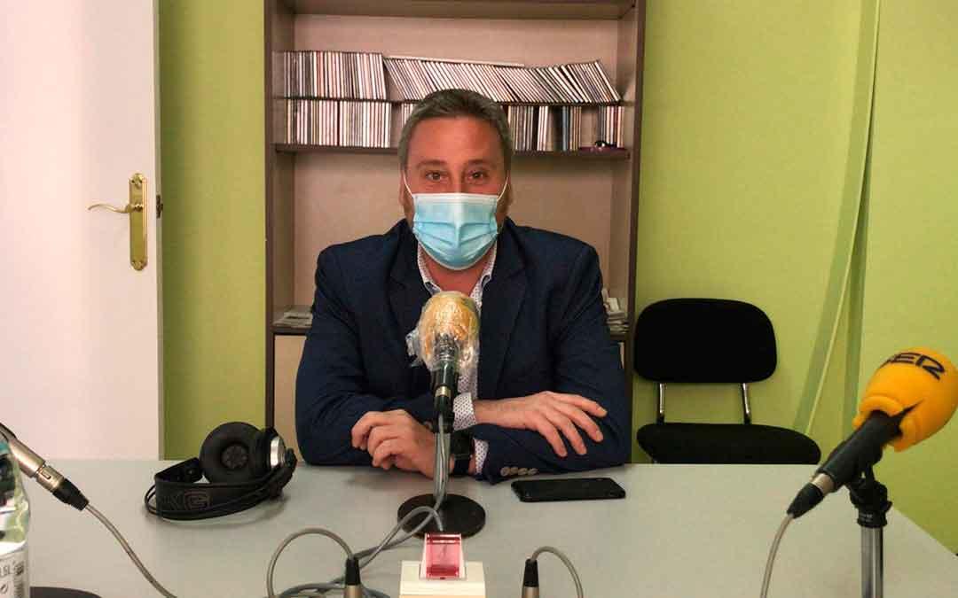 El consejero José Luis Soro visitó el estudio de Radio Caspe.