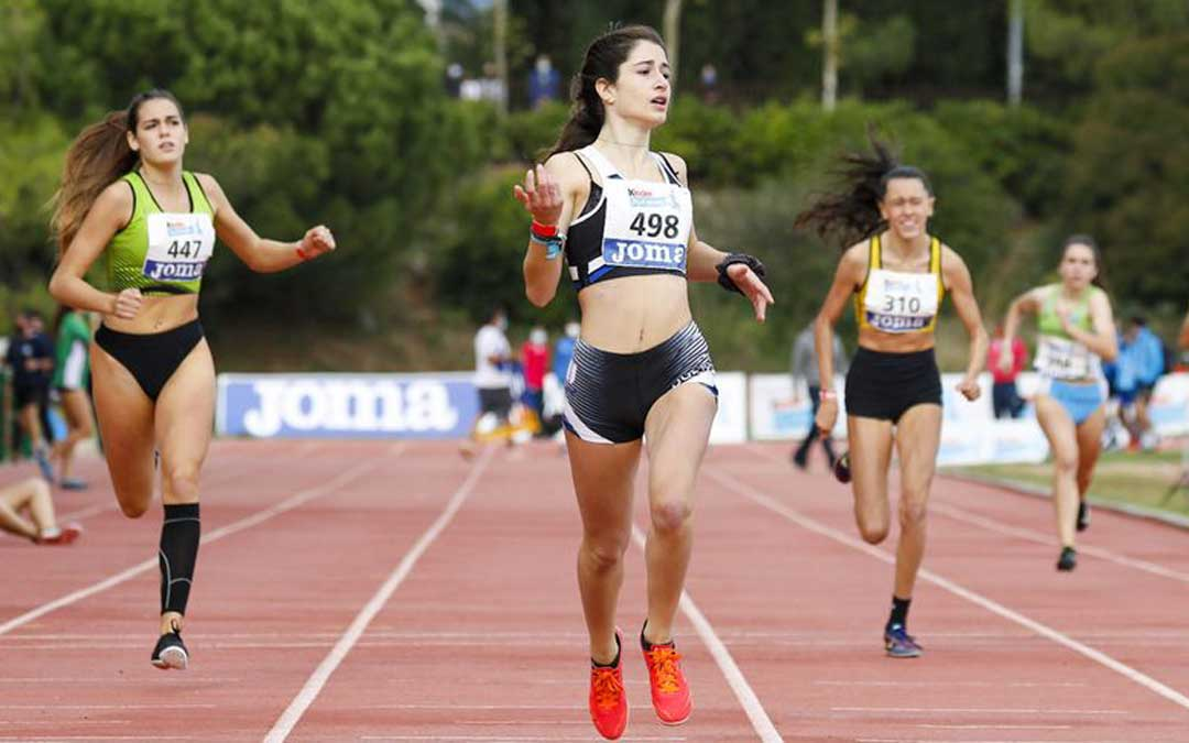 Laia Zurita entrando primera en la final de los 300 m.