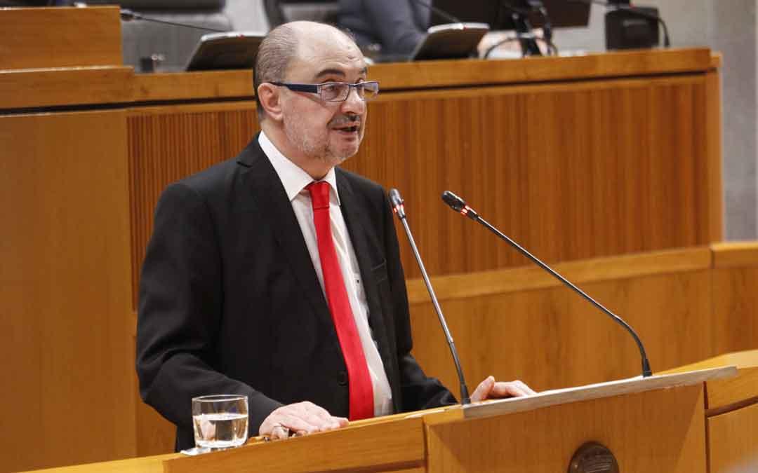 Lambán ayer durante su intervención en las Cortes / CORTES DE ARAGÓN