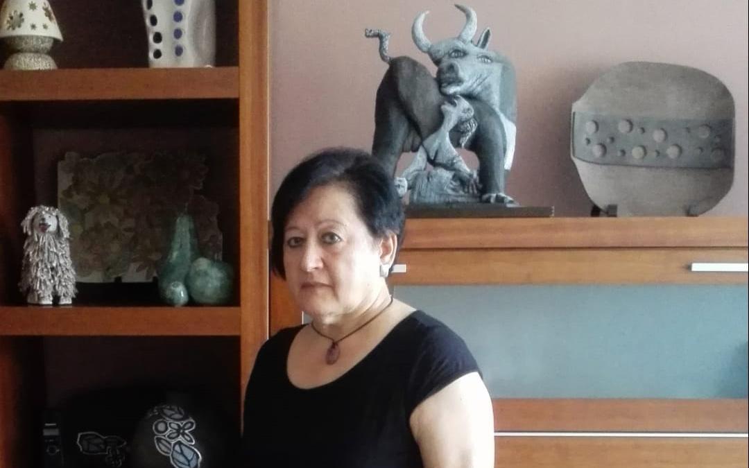 Carmen Latorre en su casa donde también tiene su taller. Detrás, la pieza que realizó para una muestra sobre el Gernika. / Archivo personal