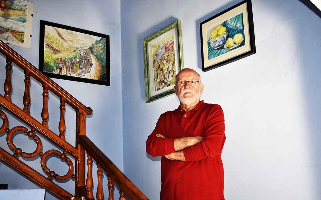 El artista fabarol Luis Valén en su casa con algunas de sus obras.