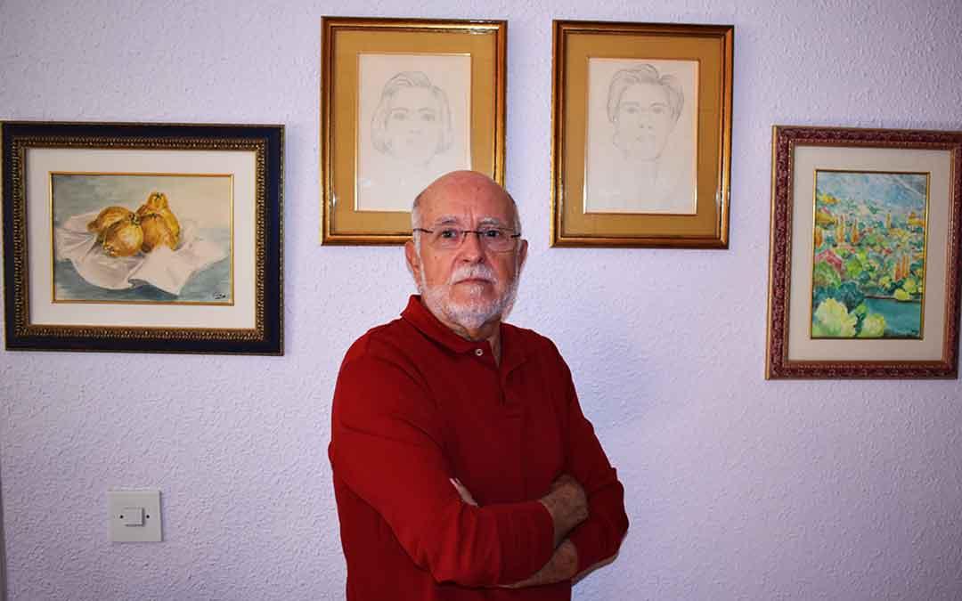 Luis Valen junto a los retratos de sus dos hijas.