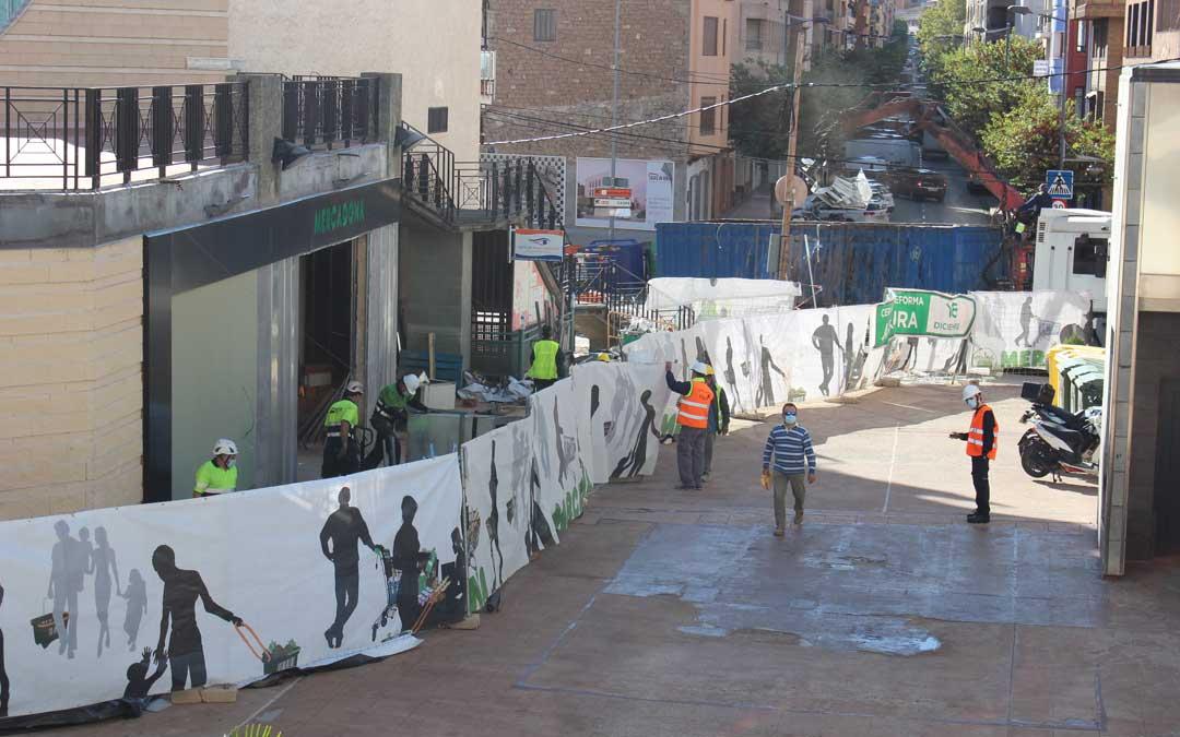 Movimiento en las obras en la zona en la que se ampliará la superficie del supermercado este lunes por la mañana / L. Castel