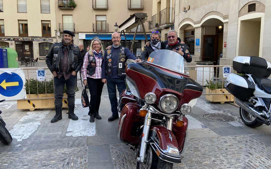 Este grupo de moteros de Lleida posa (sin mascarilla para la foto) para La Comarca, instantes después de levantarse de la terraza del Guadalope./LA COMARCA