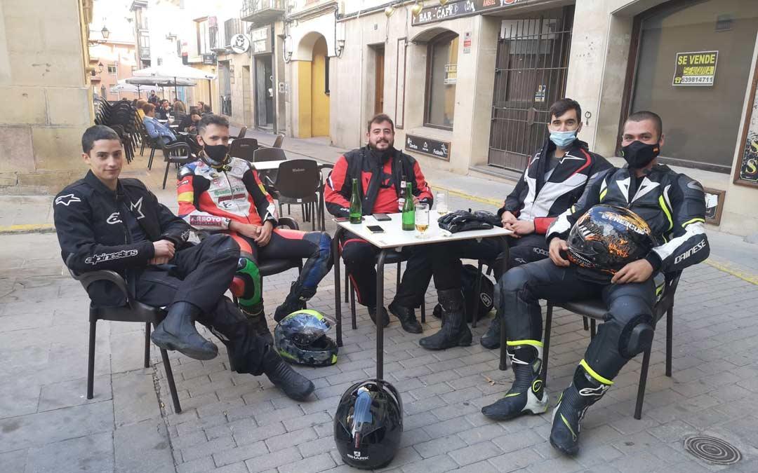 Amigos de Fraga visitando Alcañiz en este sábado de Moto GP./I.M.