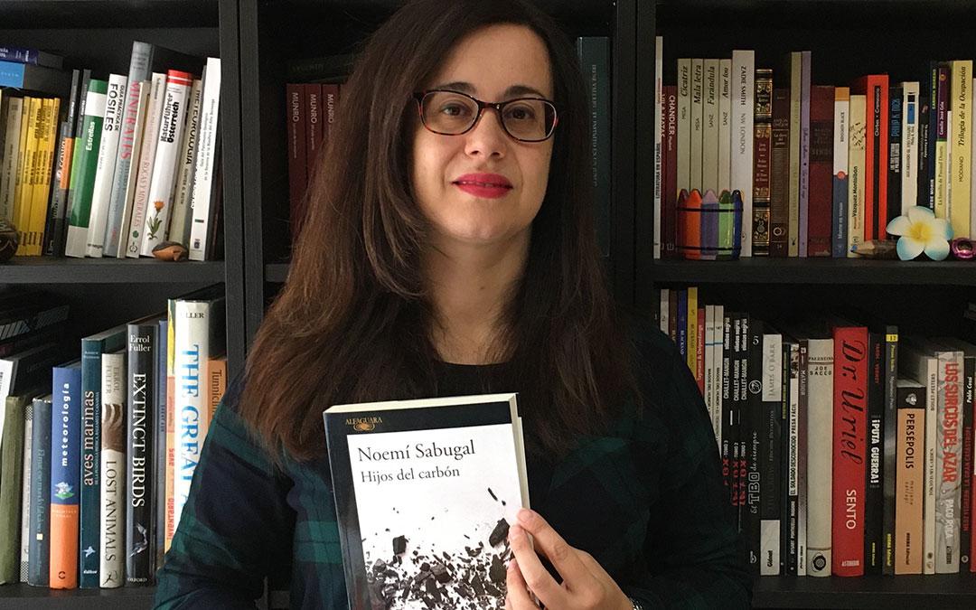 Noemí Sabugal con su libro 'Hijos del carbón'