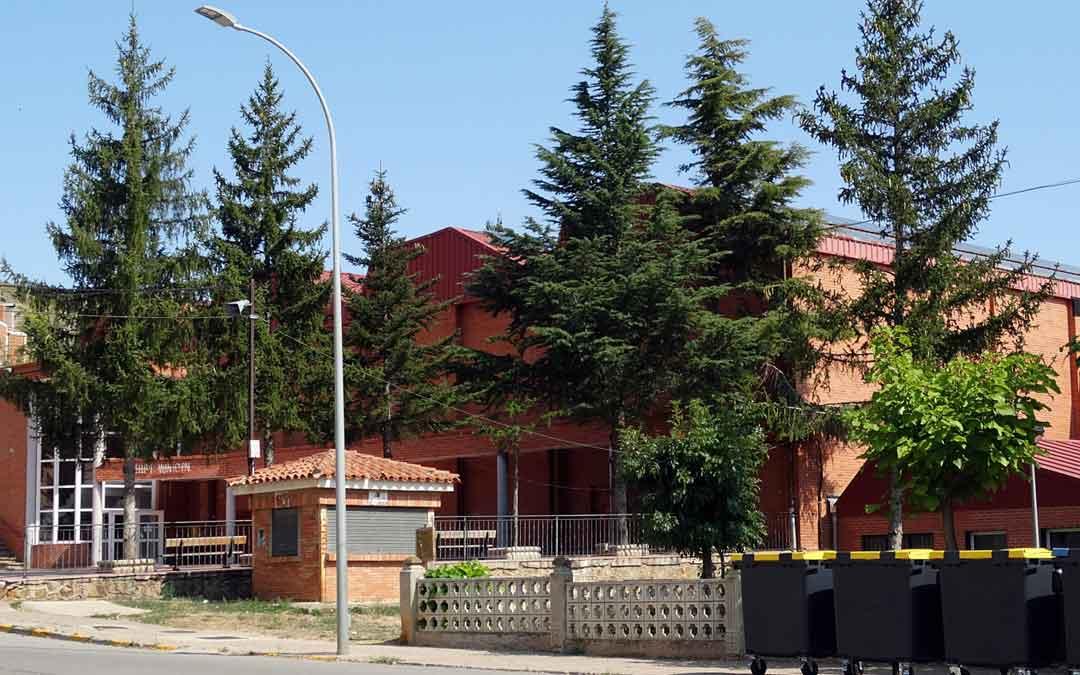 Exterior del pabellón polideportivo de la localidad de Utrillas