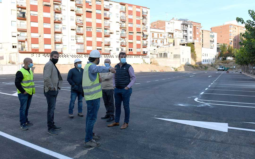 Urquizu y Baigorri junto a técnicos y representantes de la constructora el pasado 1 de octubre/ Ayto. Alcañiz