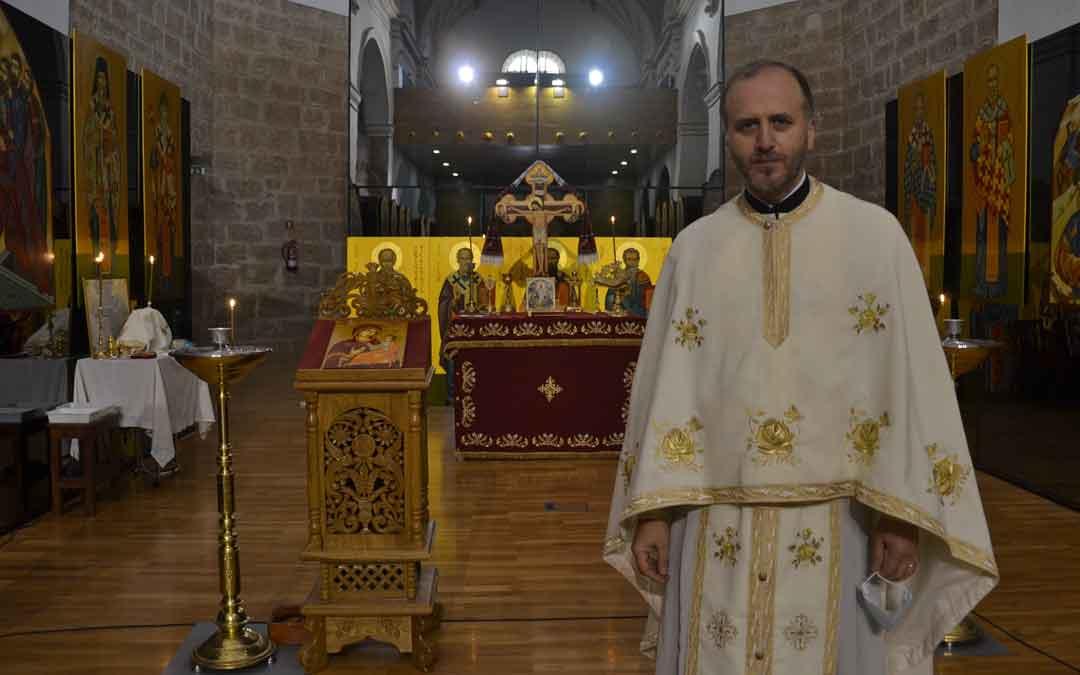 Marius Pirvulescu el domingo minutos antes de la misa./ M. Q.