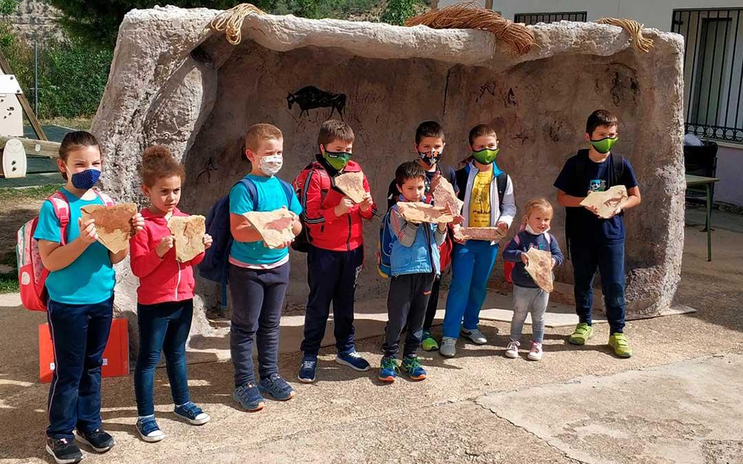 El alumnado de varios centros educativos del Maestrazgo participaron en estas actividades experienciales, donde pudieron recrear pinturas rupestres de la propia comarca./ Comarca Maestrazgo