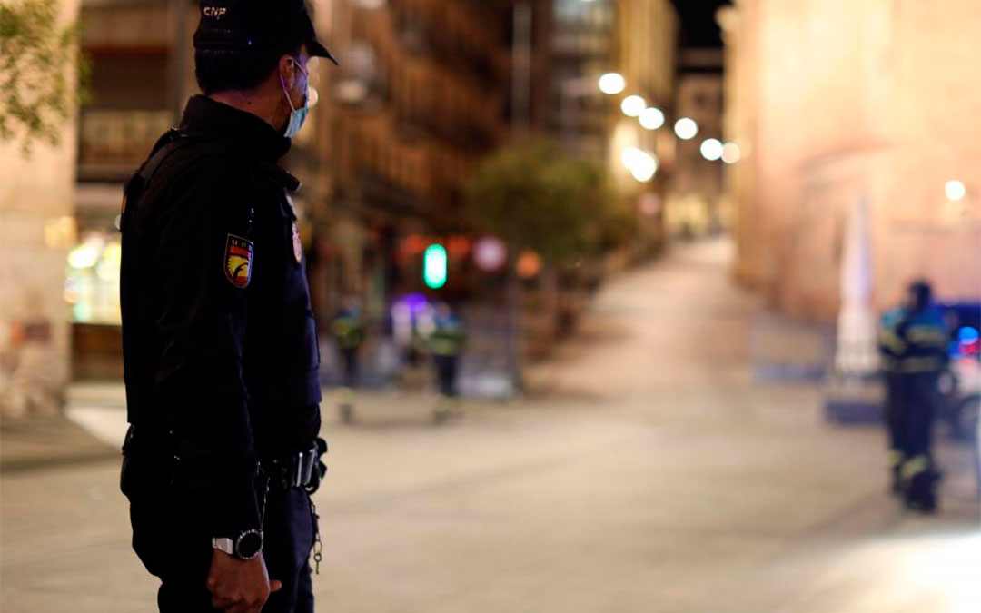 La Policía vigila el cumplimiento de toque de queda./ J.M.García