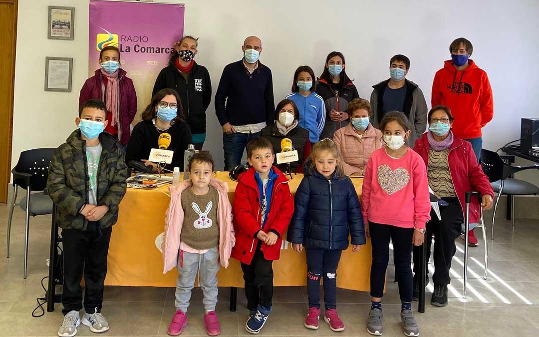 Programa especial de Radio La Comarca en Allepuz, que contó con los niños de la escuela como invitados./ L.C.