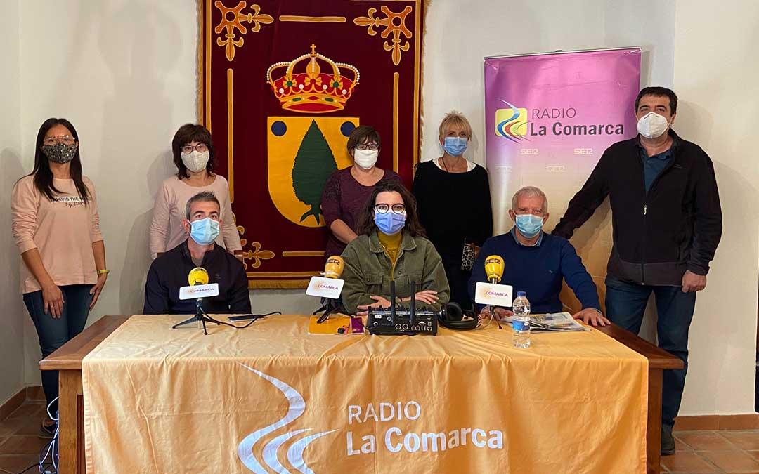 Invitados al programa especial emitido desde el Ayuntamiento de La Ginebrosa por parte de Radio La Comarca./ L.C.