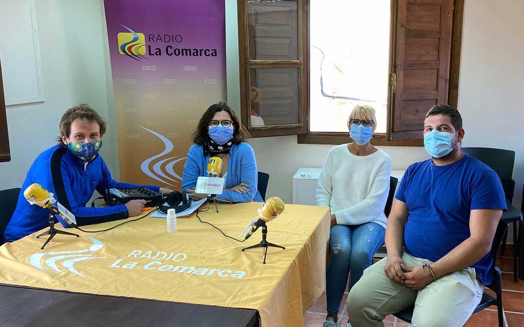 Invitados al programa especial de Radio La Comarca emitido desde el Ayuntamiento de Pitarque./ L.C.