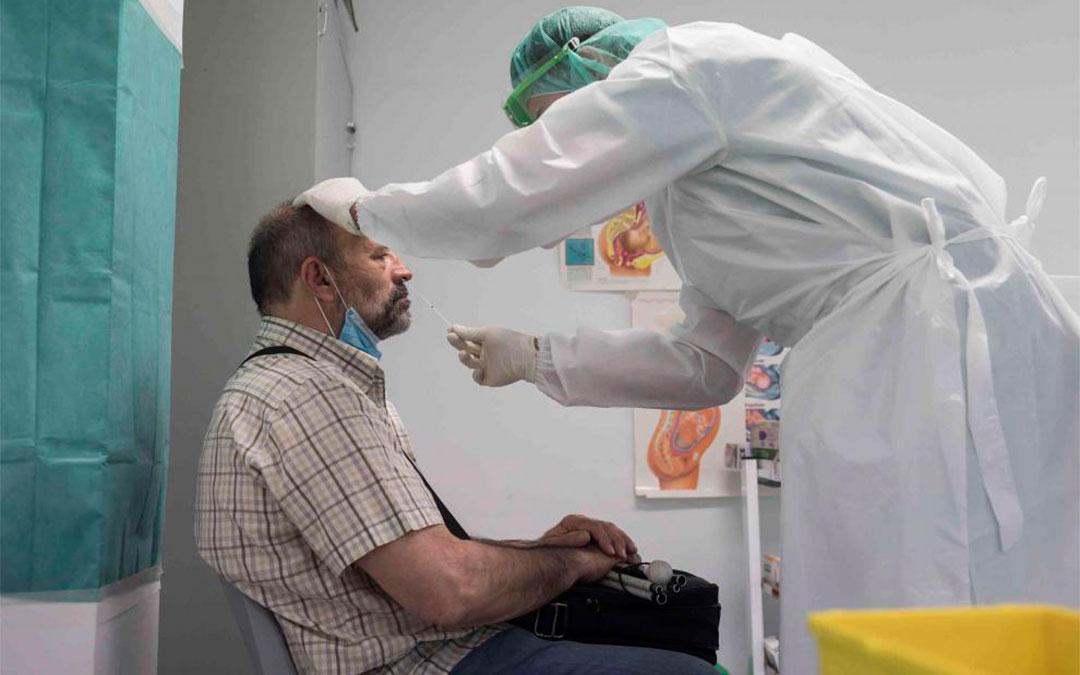 Realización de una prueba PCR en el Centro de Salud Torrero La Paz de Zaragoza/ Heraldo-José Miguel Marco