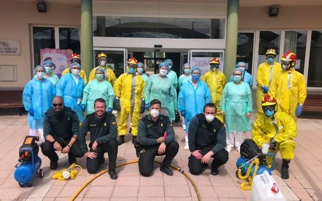 Miembros de la plantilla del Centro Residencial Calanda con Bomberos y Guardia Civil cuando la residencia fue desinfectada en la primera ola del covid