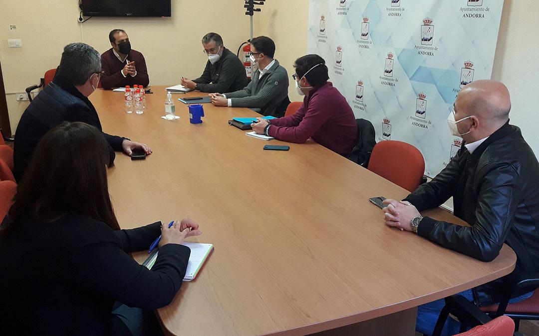 Los responsables de la UTE en el Ayuntamiento de Andorra durante la reunión./ Ayto. Andorra