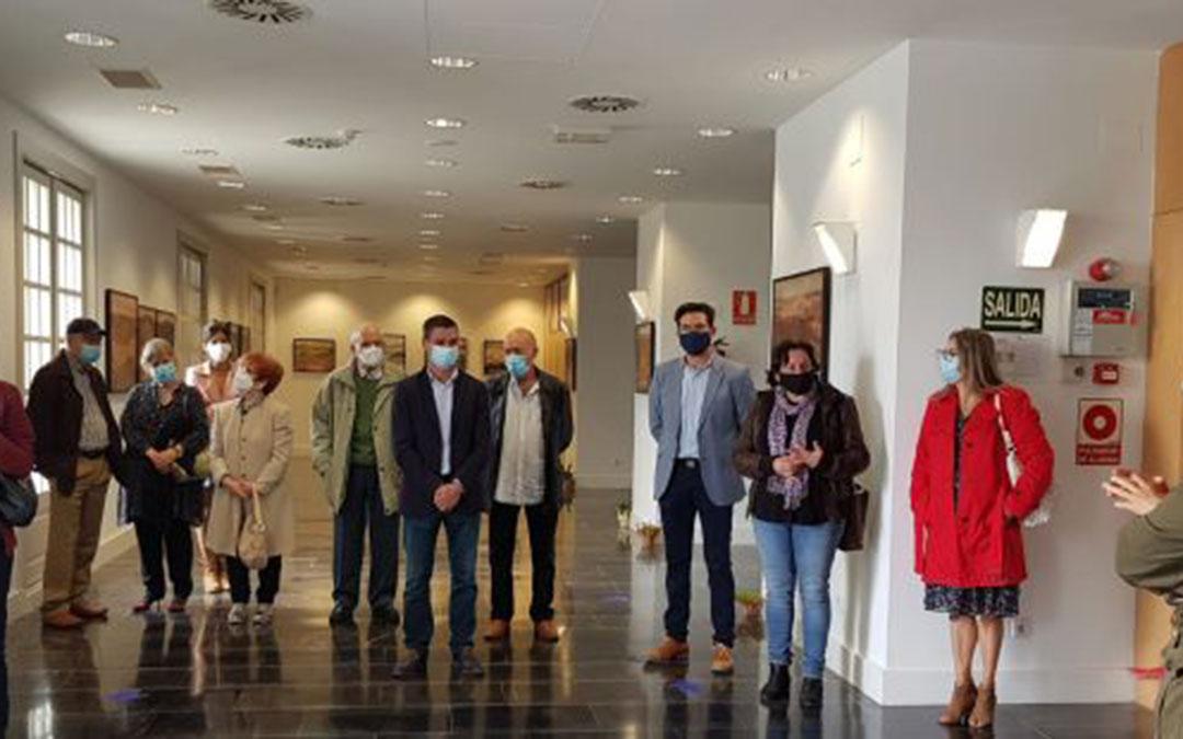 Inauguración de la exposición. Estuvieron el alcalde de Torrevelilla y el presidente de la comarca del Bajo Aragón, entre otros