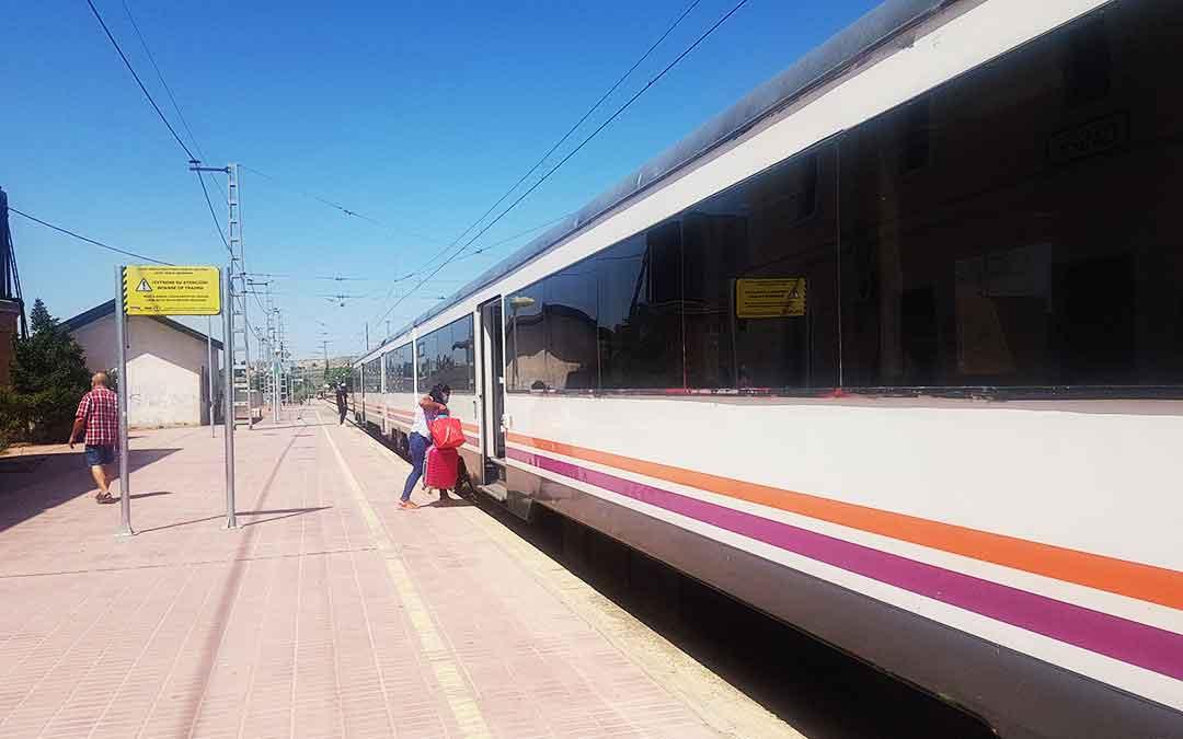 Usuarios del tren en Caspe utilizando la línea Barcelona-Zaragoza en el único horario del jueves por la mañana.