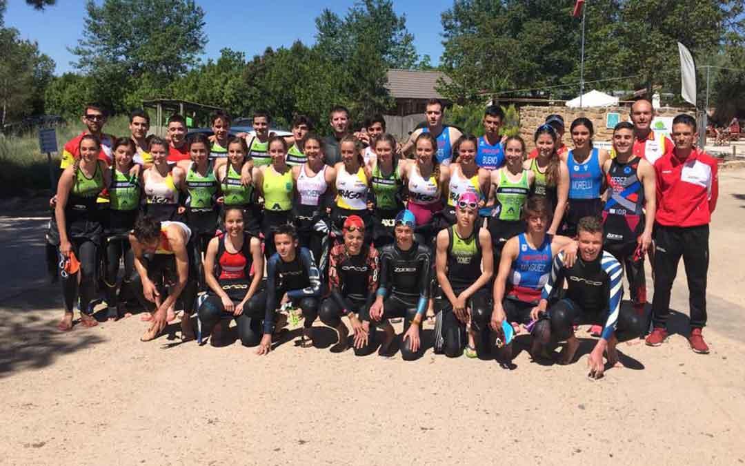 Grupo de triatletas a las puertas del Camping La Estanca