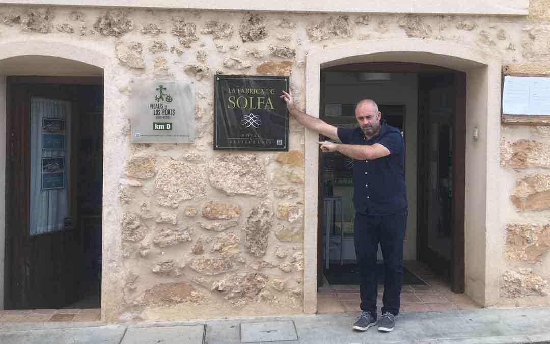 Javier Moragrega en la puerta de su Hotel, la Fábrica de Solfa de Beceite
