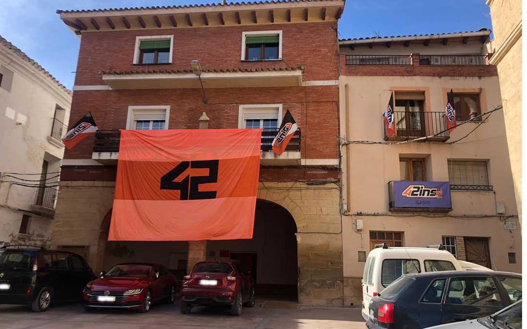 Banderines con el número 42 de Rins han adornado durante este domingo Valdealgorfa./ E.I.