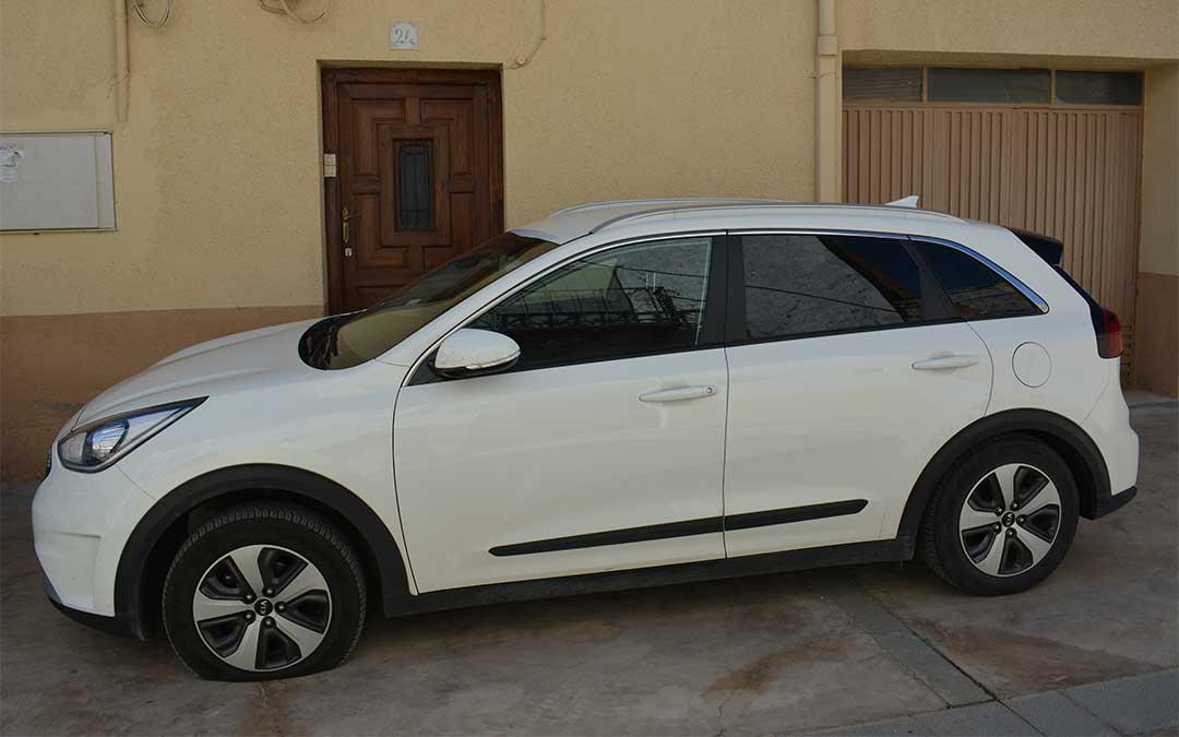 El coche del cura, un Kia blanco, con las ruedas pinchadas./ M. Celiméndiz