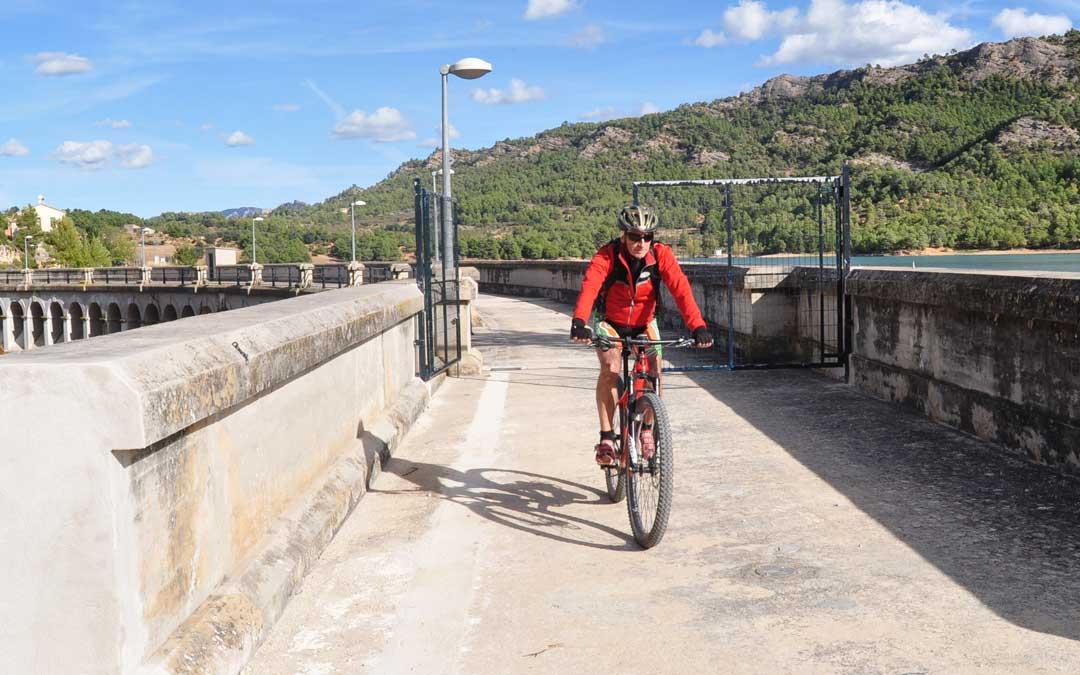 Un ciclista pasando el lunes por la puerta recientemente abierta.