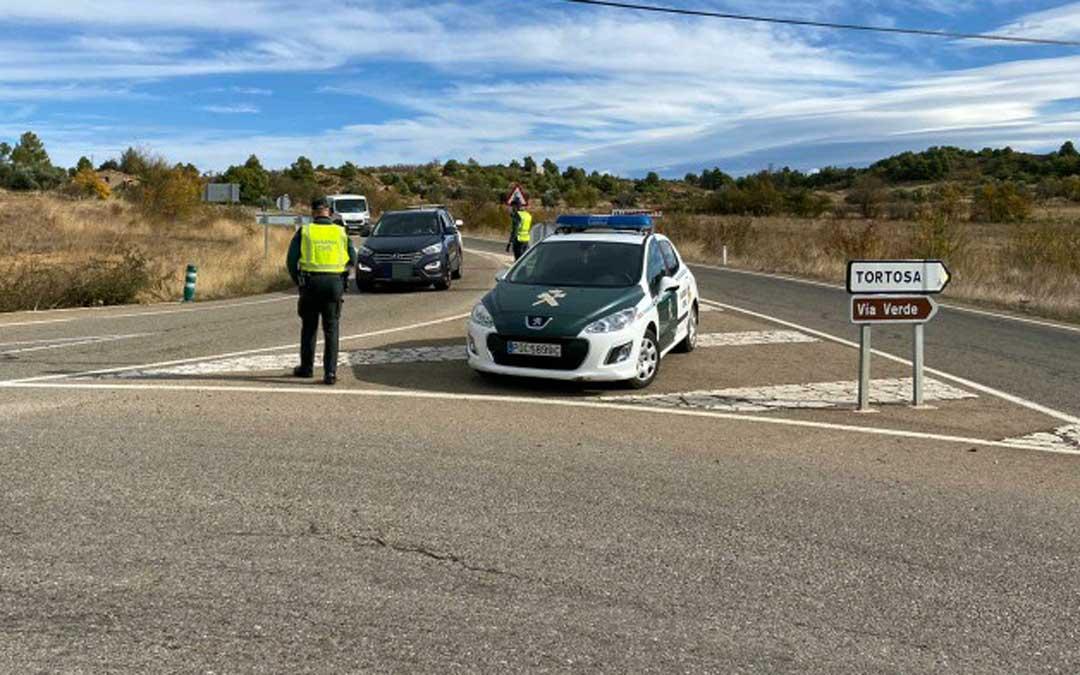 Los agentes han comprobado la procedencia de los distintos vehículos en localidades como Valderrobres. Foto: Guardia Civil Teruel.
