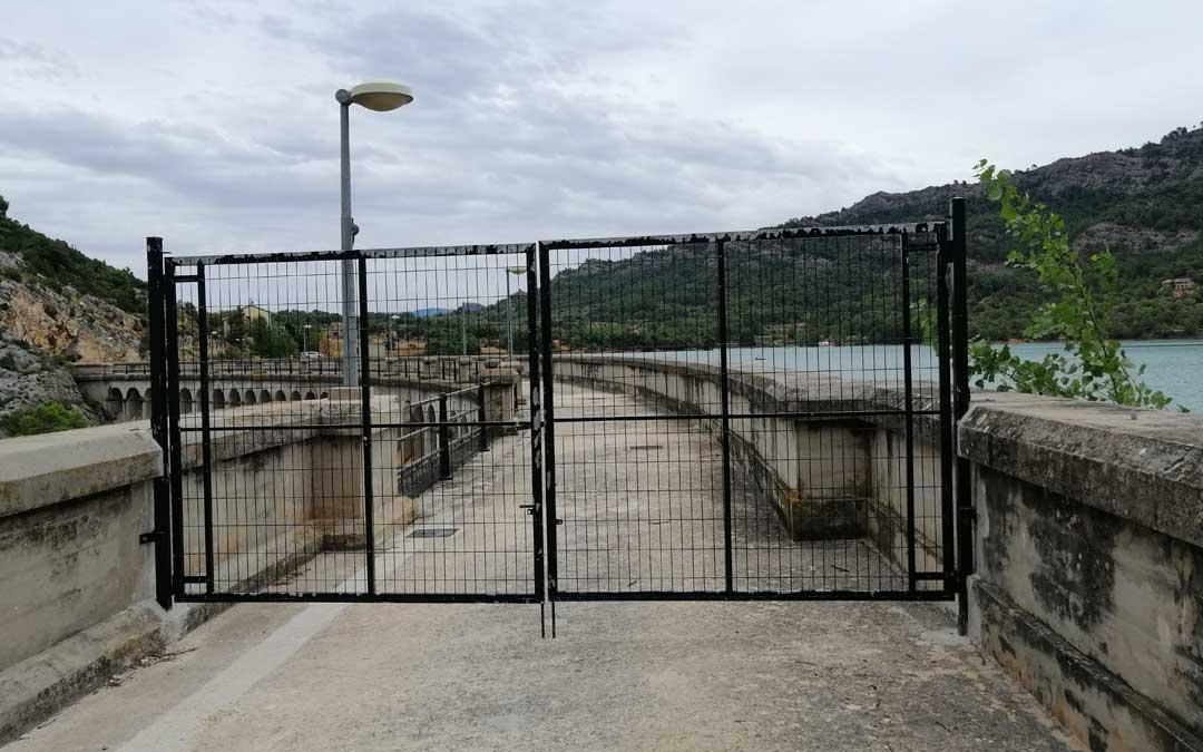 La puerta instalada en el lado de Valderrobres permanece aún cerrada, según la CHE, mientras duren las obras en la zona