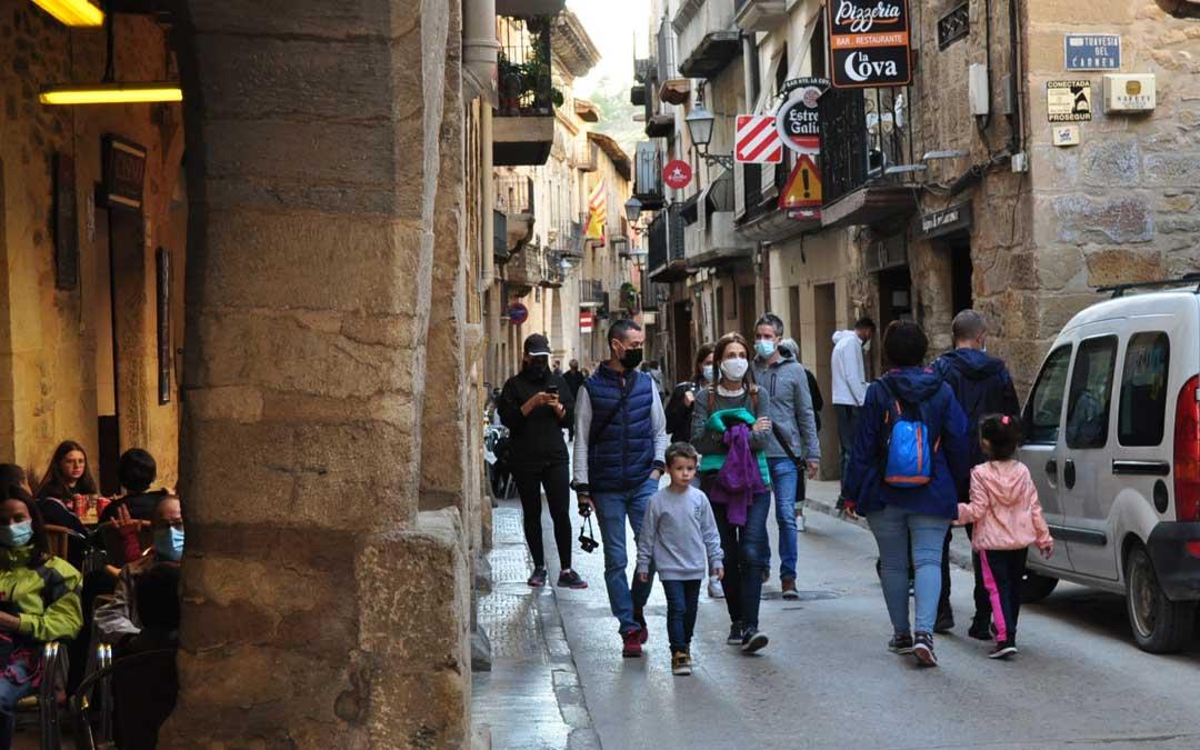 En localidades como Valderrobres la afluencia de visitantes fue constante desde última hora del jueves.