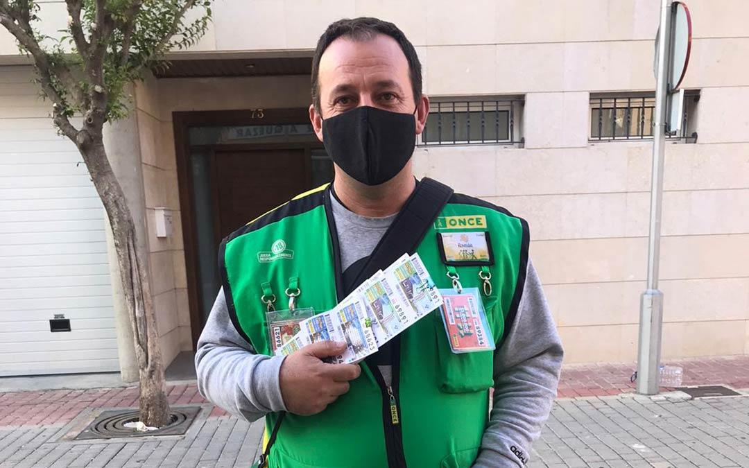 Ramón Celma, vendedor de la ONCE quien ha repartido el premio de 100.000 euros en Albalate./R.Celma