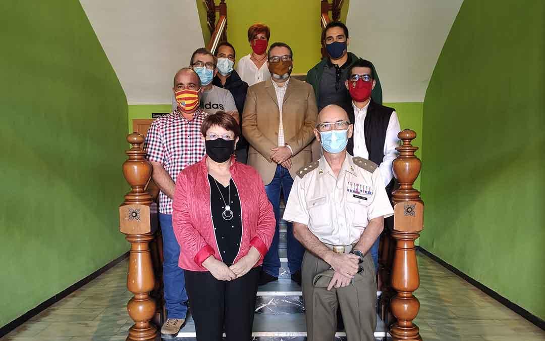 Representantes municipales junto al Delegado de Defensa en Aragón.