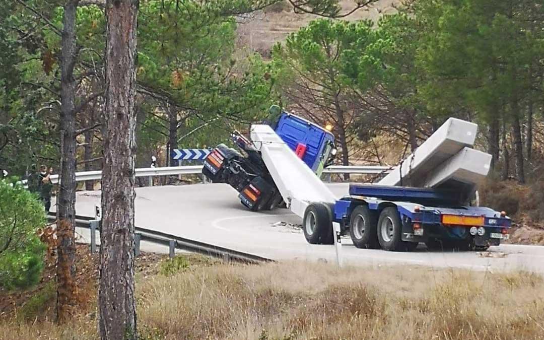 El camión accidentado a la altura de Montalbán en la N-211./ L.C.