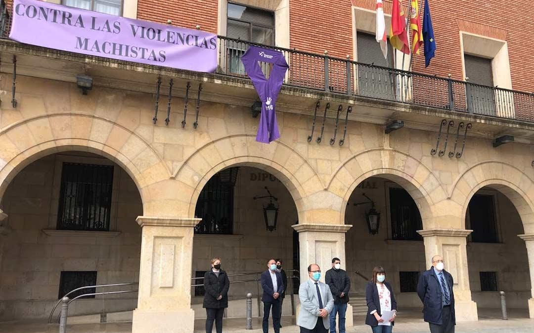 Fotografías del acto celebrado a las puertas de la DPT por el 25N./DPT