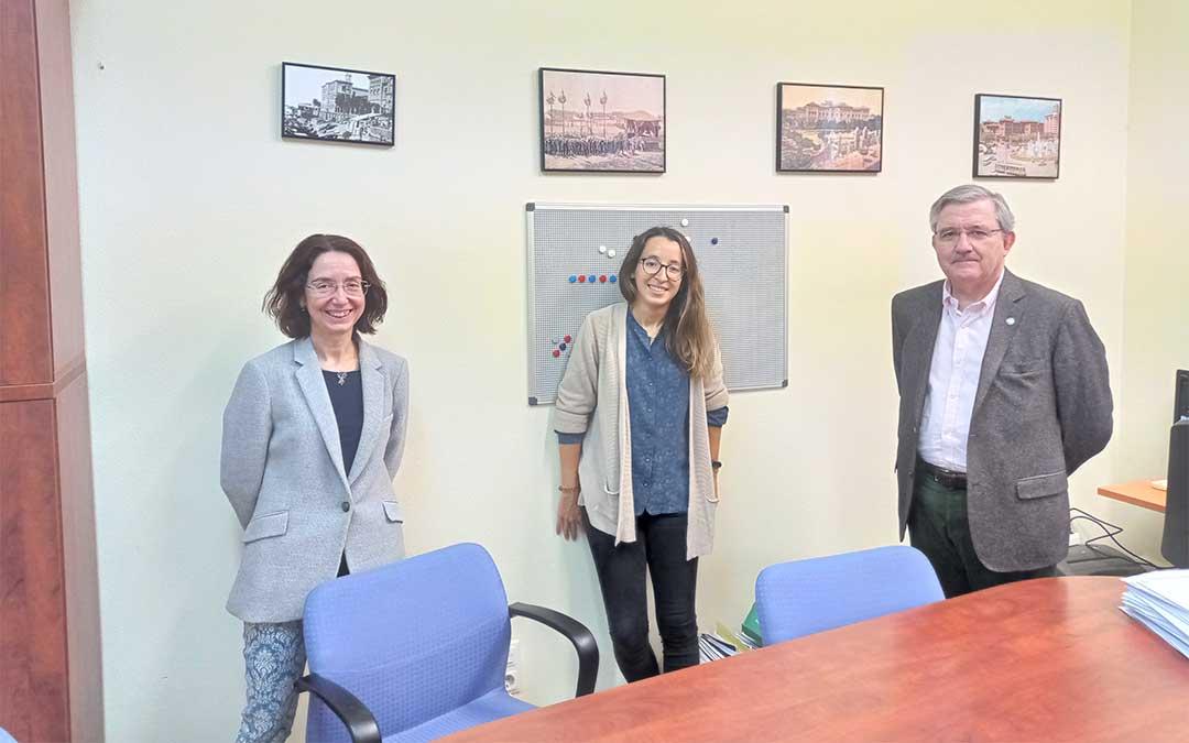 Alba Gállego, con sus directores de tesis, los doctores Delgado (izquierda) y Altisent (derecha)./ DGA