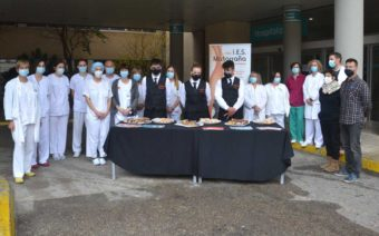 El IES Matarraña 'endulza' al personal sanitario del Hospital de Alcañiz