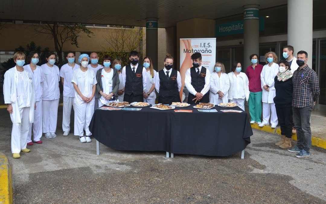 El personal sanitario recibió a los alumnos y profesores del IES Matarraña. FOTO: María Quílez.