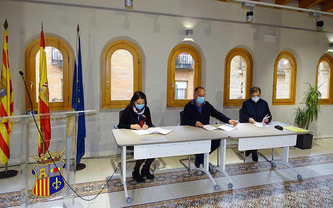 Firma del acuerdo por el alcalde, Miguel Iranzo, María Tello en representación de Cáritas y Benito Gómez, director del colegio./ Ayto. Alcorisa