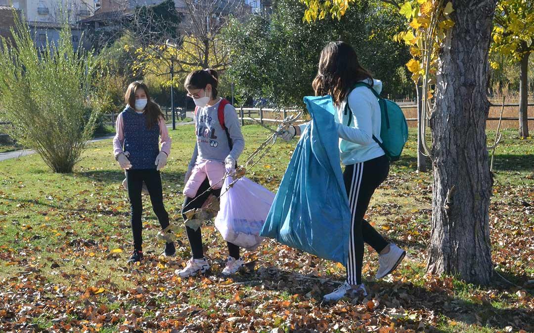 Mayores, jóvenes y pequeños han participado en la jornada de plogging.