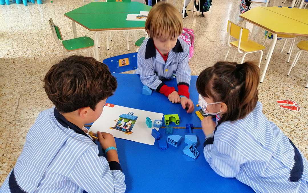 Los más pequeños del colegio La Inmaculada aprenden robótico./ Colegio La Inmaculada