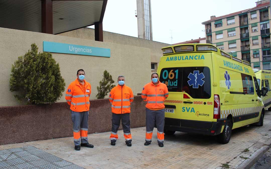 Joaquín Gracia, Valerio Pascual y David Alejos, técnicos de emergencias sanitarias, a las puertas del Hospital / L. Castel