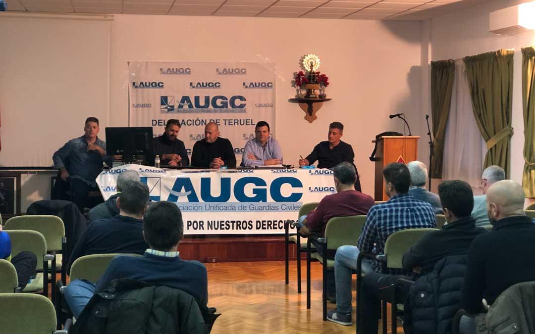 Foto de archivo de una asamblea de la AUGC. Cristóbal Soria, portavoz (segundo por la izq.) y José Javier Armero, secretario general de Teruel, (segundo por la dcha)