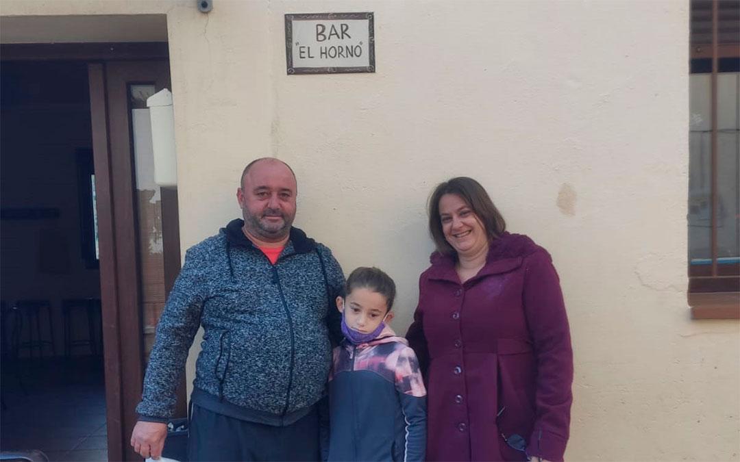 Noemí Cabanes y su marido gestionan el bar de Seno, que realiza una gran labor social en la pequeña localidad de poco más de 20 habitantes.