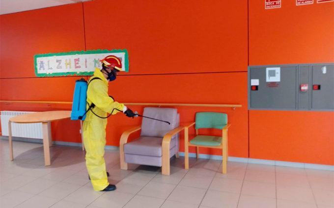 Los bomberos de la DPT desinfectan la residencia de Martín del Río