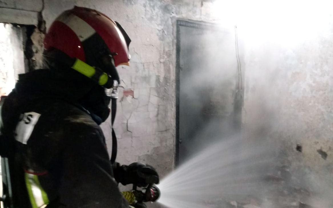 Uno de los bomberos actuando en la vivienda afectada por el fuego en Utrillas./ Bomberos DPT