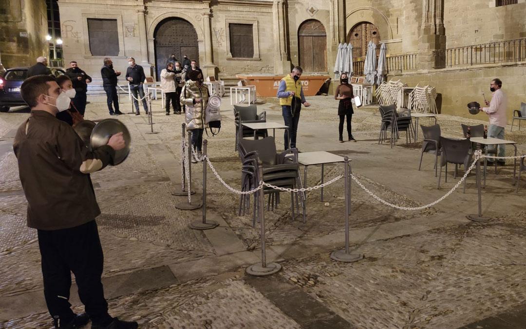 Cacerolada de los hosteleros de Alcañiz este viernes por la tarde / A. Gracia